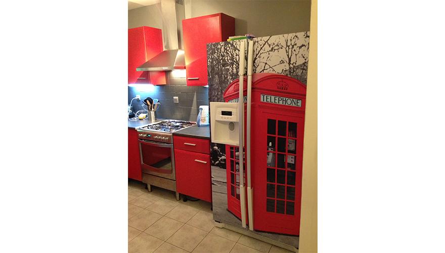 Adhésif avec impression numérique et film de lamination mat sur réfrigérateur